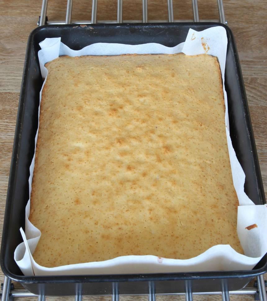 3. Grädda kakan längst ner i ugnen i 30–35 min. Låt den svalna i formen.