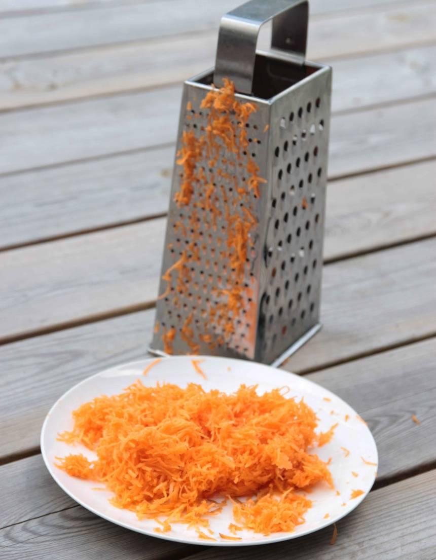 1. Skala och riv morötterna fint.