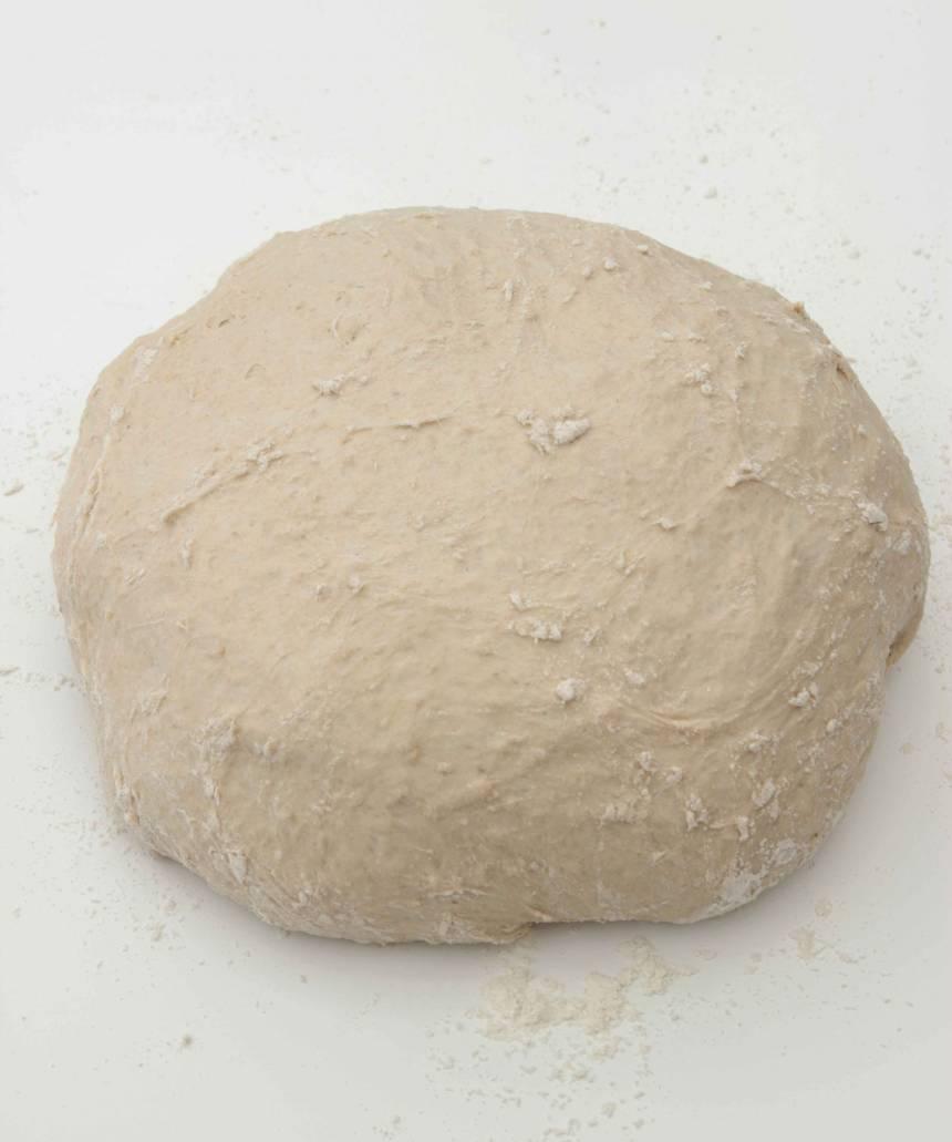 1. Smula ner jästen i en bunke. Tillsätt mjölk och vatten. Blanda tills jästen lösts upp. Tillsätt salt, sirap och havregryn. Rör om och låt blandningen stå i några minuter. Tillsätt rågsikten, lite i taget. Blanda ihop allt till en smidig deg och knåda den kraftigt i några minuter så att glutentrådarna blir starka. Låt degen jäsa under bakduk i ca 1 tim.