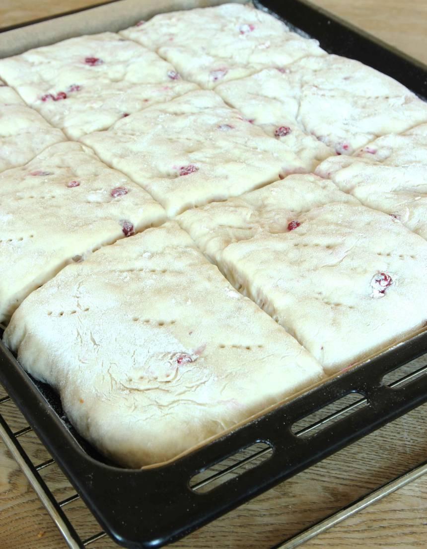 3. Låt brödet jäsa under bakduk i ca 30 min. Sätt ugnen på 230 grader.