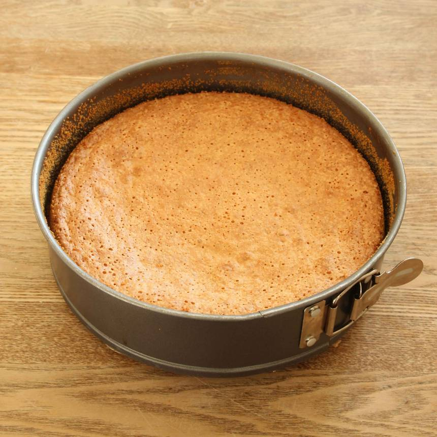 3. Grädda kakan längst ner i ugnen i 35–40 min. Låt den svalna i formen.