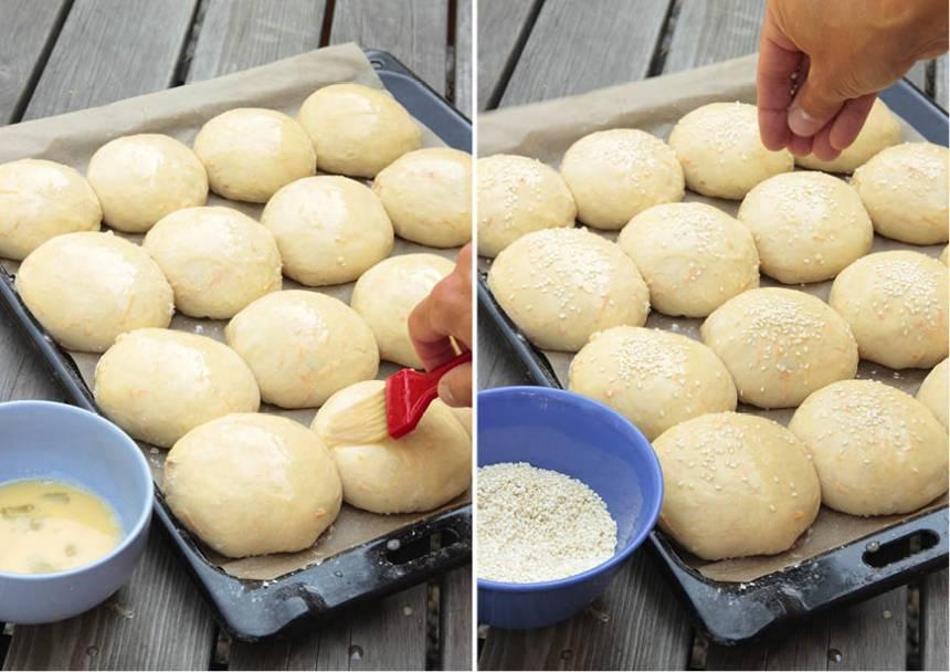 4. Pensla bröden med uppvispat ägg och strö över sesamfrön.