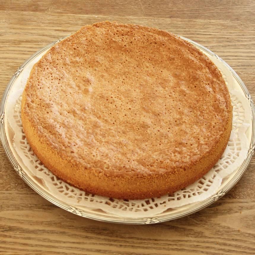 4. Stjälp upp kakan på en tallrik.