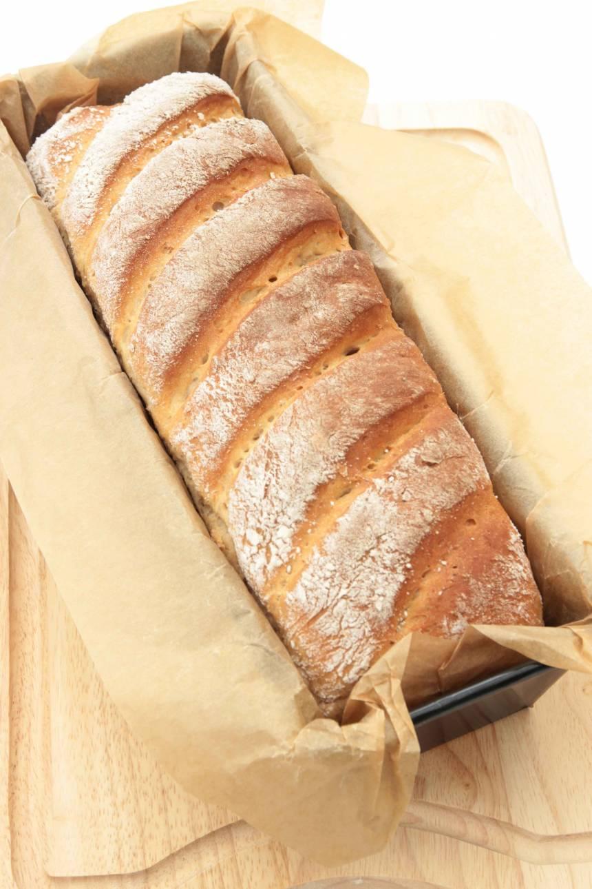5. Grädda limpan längst ner i ugnen i ca 30–35 min. Sänk värmen till 180 grader direkt när du sätter in den i ugnen. Låt den svalna i formen.