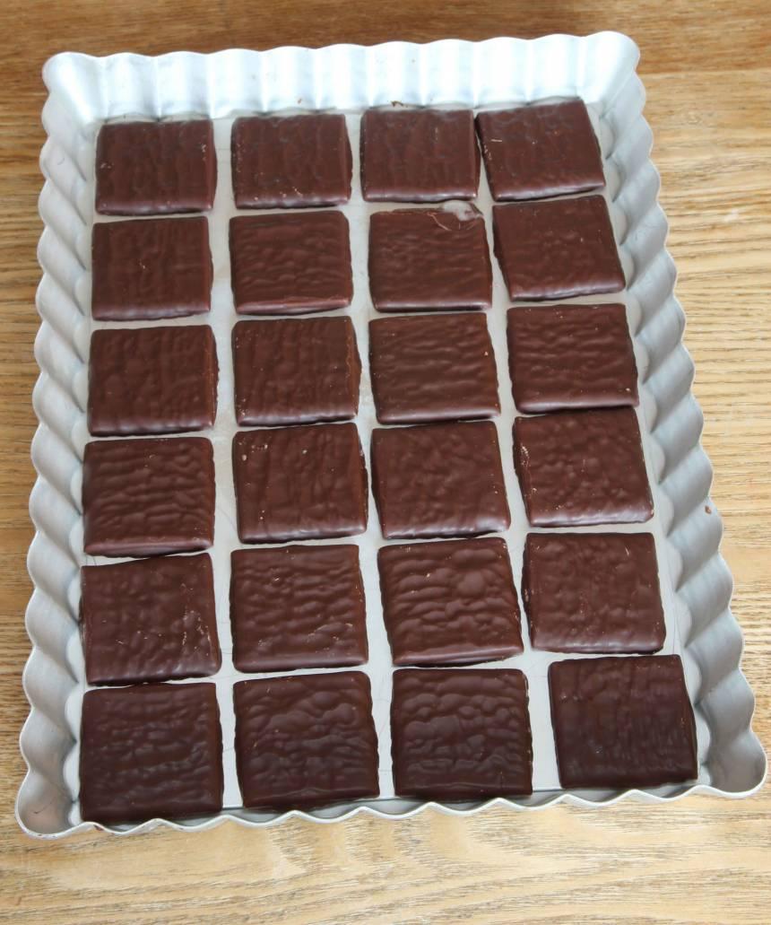 1. Testa att lägga ut ca 20 After Eight-plattor i en form så att de får plats. Formen på bilden är ca 18 x 25 cm.