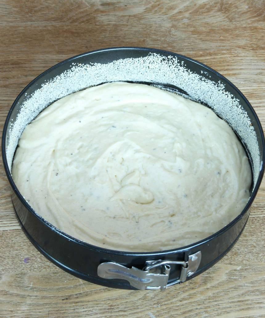 2. Häll smeten i en smord och bröad form, 22–23 cm i diameter.