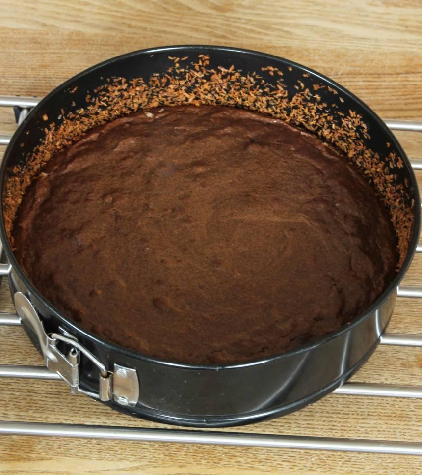 3. Grädda kakan mitt i ugnen i ca 20 min. Anpassa gräddningstiden efter hur kladdig du vill ha kakan. Låt kakan kallna i formen.