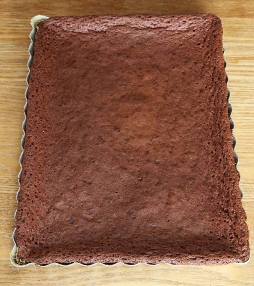 4. Grädda kakan mitt i ugnen i ca 20 min. Låt den svalna något i formen.
