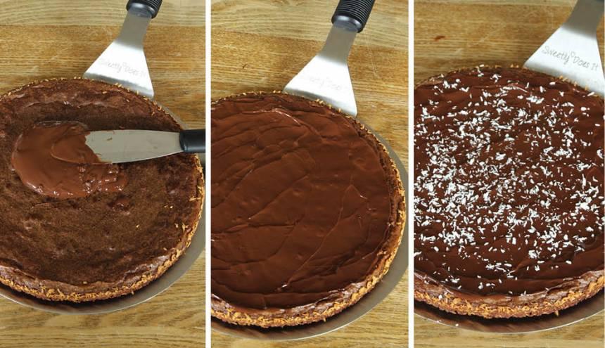 4. Bred ut smält choklad på kakan och låt den stelna. Pudra över lite kokos eller florsocker.