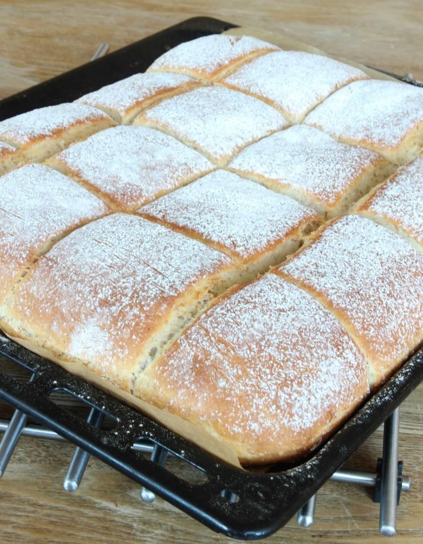 4. Grädda brödet mitt i ugnen i 20–24 min. Det ska ha fin färg på ytan när det är klart. Låt brödet svalna under bakduk.