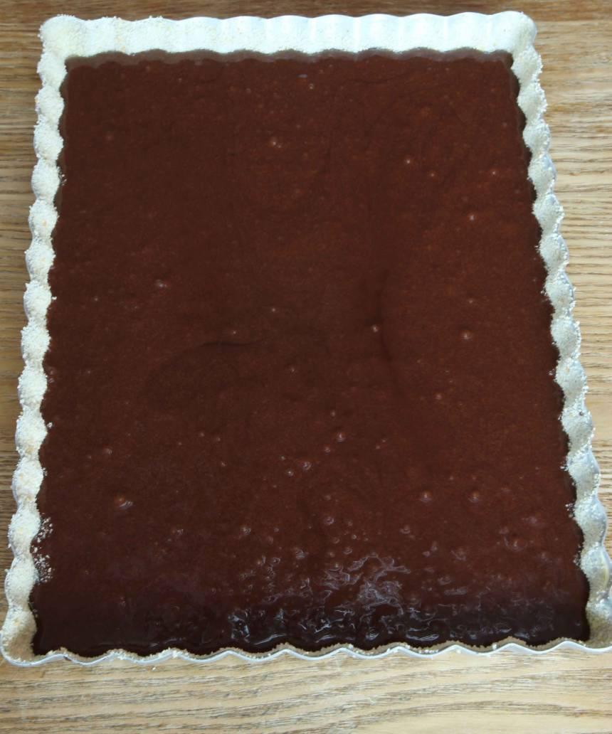 3. Häll smeten i en smord och bröad form, ca 18 × 25 cm.