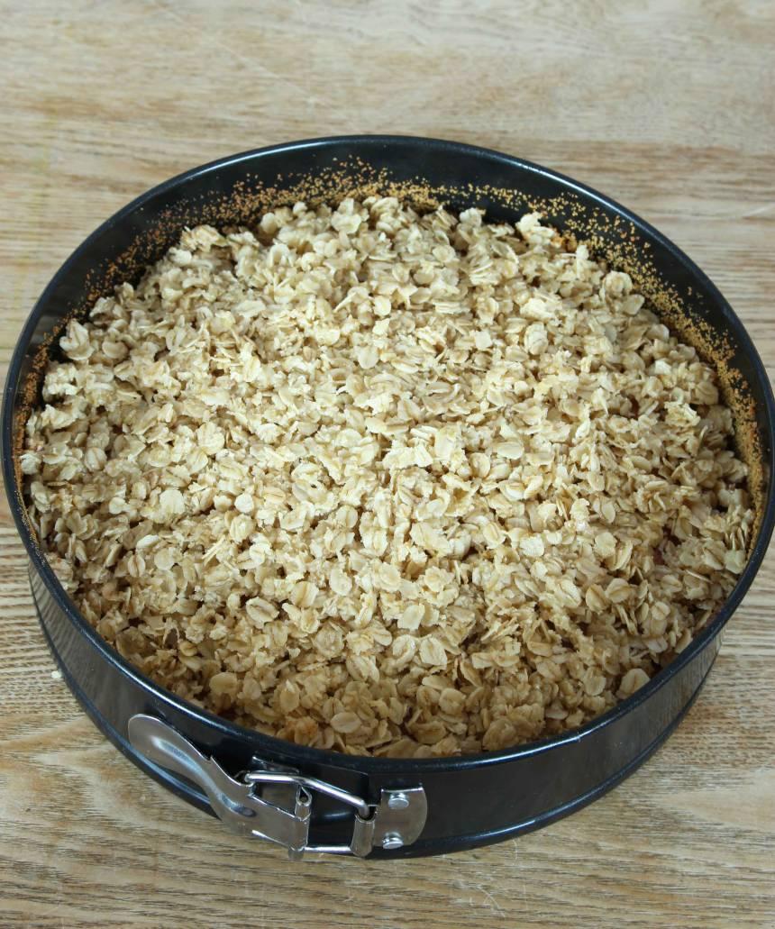 5. Ta ut kakan ur ugnen och höj ugnsvärmen till 230 grader. Smula havregrynsblandningen över kakan. Grädda kakan mitt i ugnen i ytterligare ca 10 min eller tills den fått fin färg.