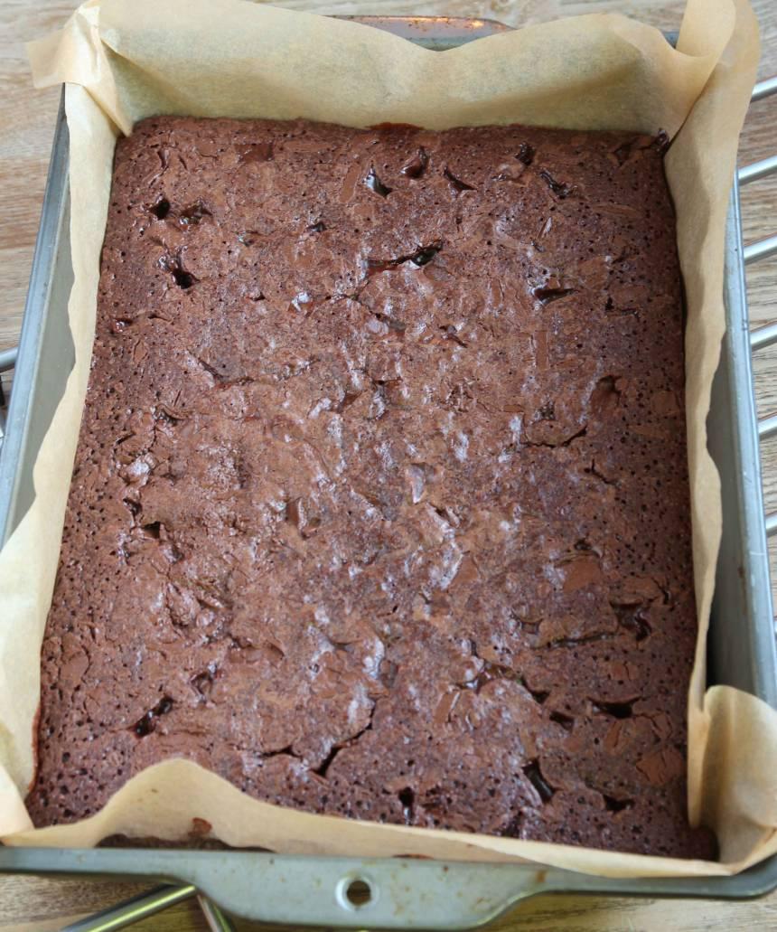 5. Grädda kakan mitt i ugnen i 25–32 min beroende på hur kladdig du vill ha den. Låt kakan kallna i formen.