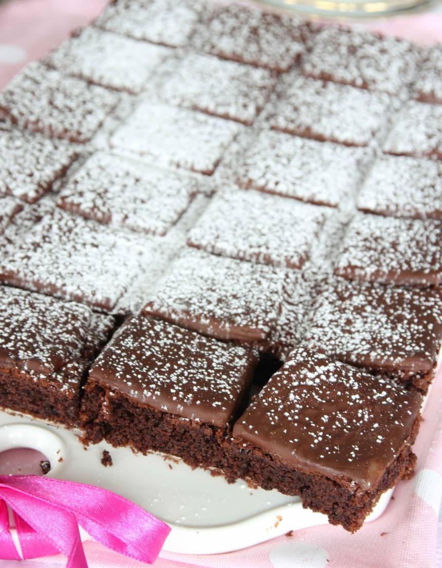 6. Pudra florsocker över kakan före servering.