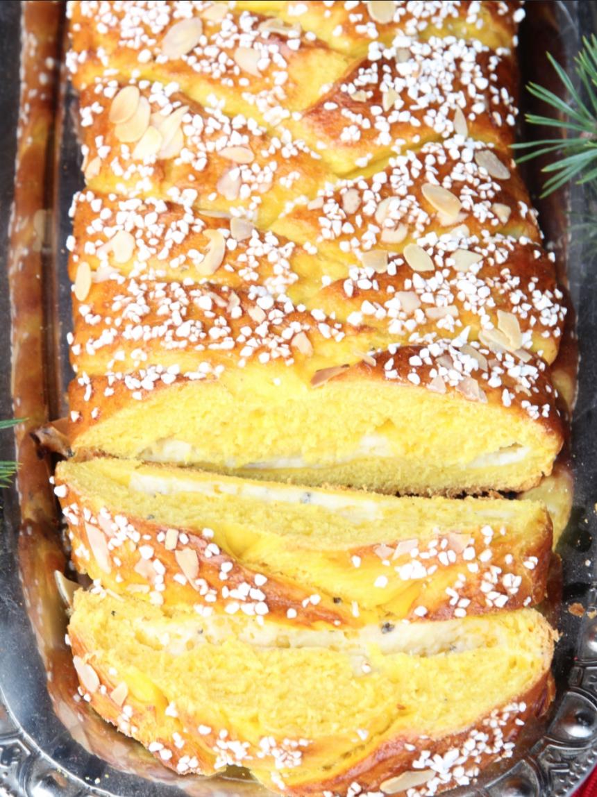 Baka en flätad saffranslängd med krämig vaniljkräm –klicka här för recept!