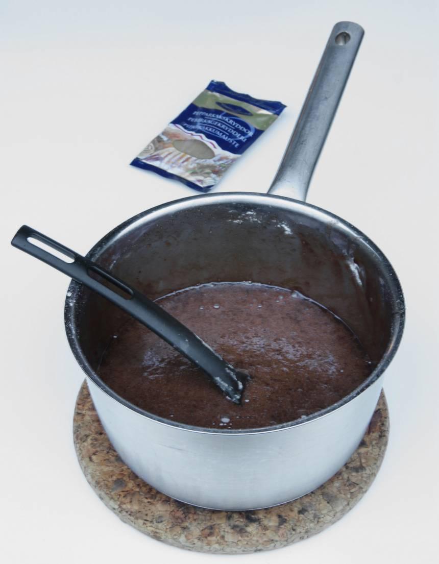 1. Sätt ugnen på 180 grader. Smält smöret i en kastrull. Stäng av värmen. Bryt chokladen i bitar och låt dem smälta i smöret. Rör ner strösocker, pepparkakskrydda, kakao, vaniljsocker och salt. Rör sist i äggen och mjölet. Blanda ihop allt till en slät smet.