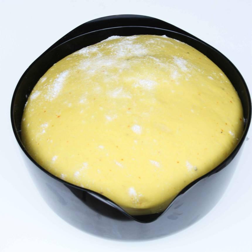 1. Stöt saffranet i en mortel tillsammans med sockret. Blanda saffranet och mjölken i en bunke. Smula ner jästen och rör om tills den lösts upp. Tillsätt salt, socker, smör och mjöl, lite i taget. Knåda degen kraftigt i några minuter. Låt den jäsa under bakduk i 50–60 min.