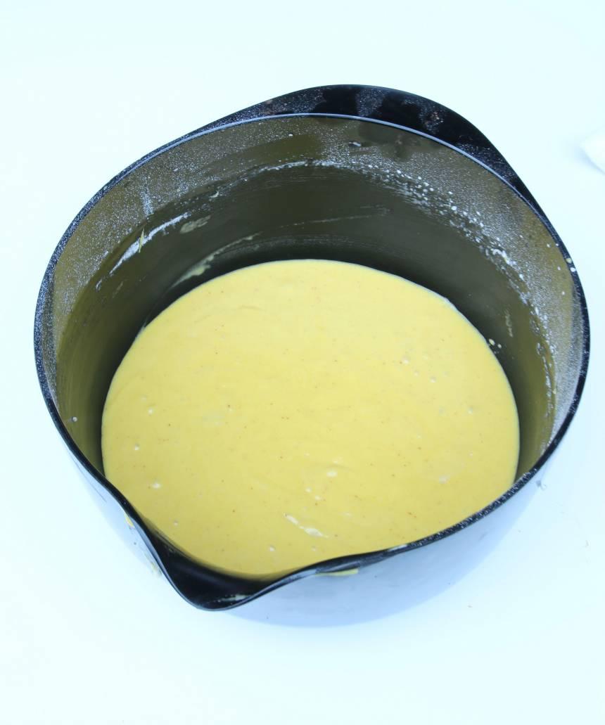 1. Sätt ugnen på 175 grader. Vispa socker och ägg pösigt i en bunke. Blanda saffranet i smöret och rör ner det och mjölken i äggsmeten. Blanda bakpulver och mjöl och vispa ner det i de övriga ingredienserna till en slät smet.