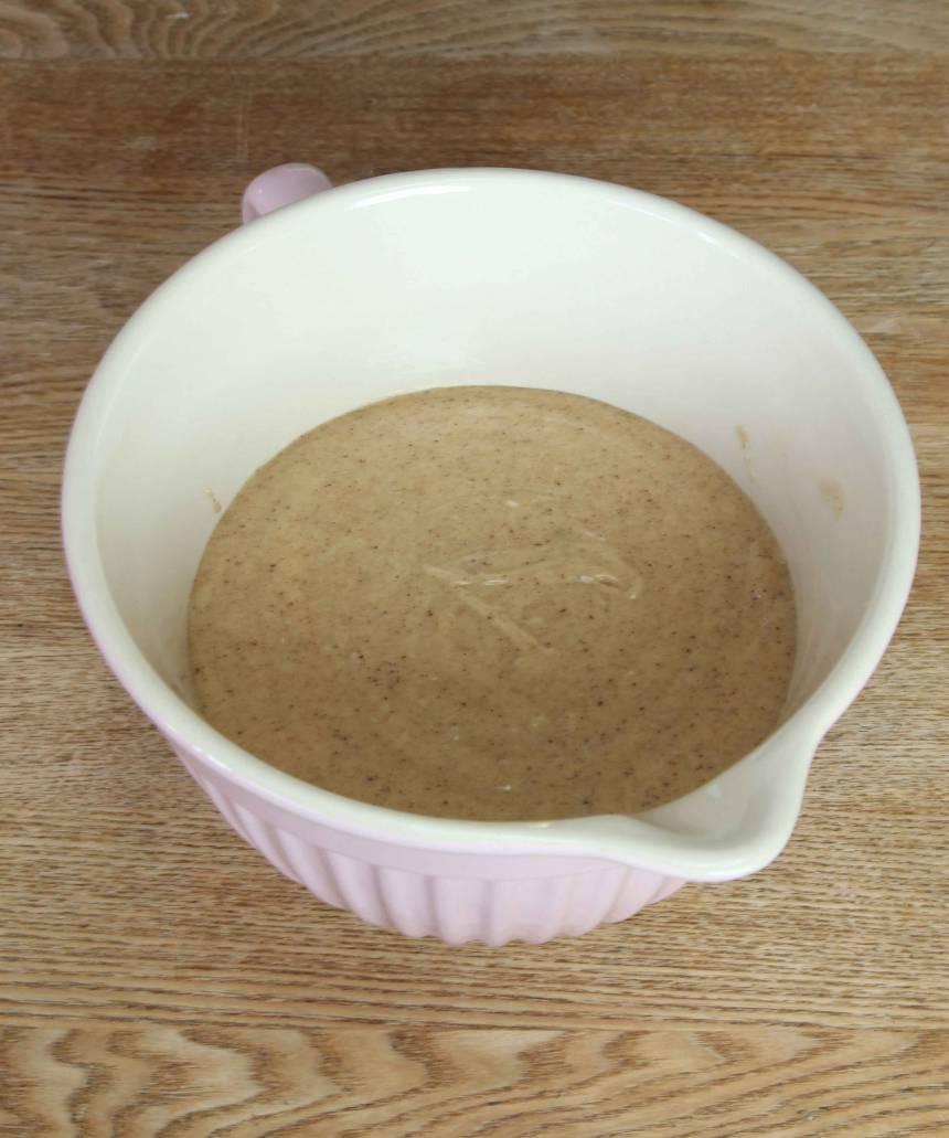 2. Vispa ägg och socker pösigt i en bunke. Tillsätt filmjölk, mjölk och vetemjölet blandat med bakpulvret och bikarbonaten. Rör snabbt ihop allt snabbt till en slät smet.