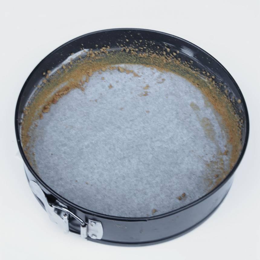 2. Smörj en form med löstagbar kant, 22–23 cm i diameter, med smör. Bröa den med söndersmulade pepparkakor.