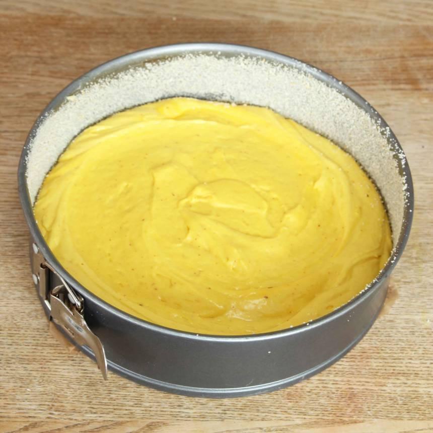2. Häll smeten i en smord och bröad form med löstagbar kant, 23–24 cm i diameter.