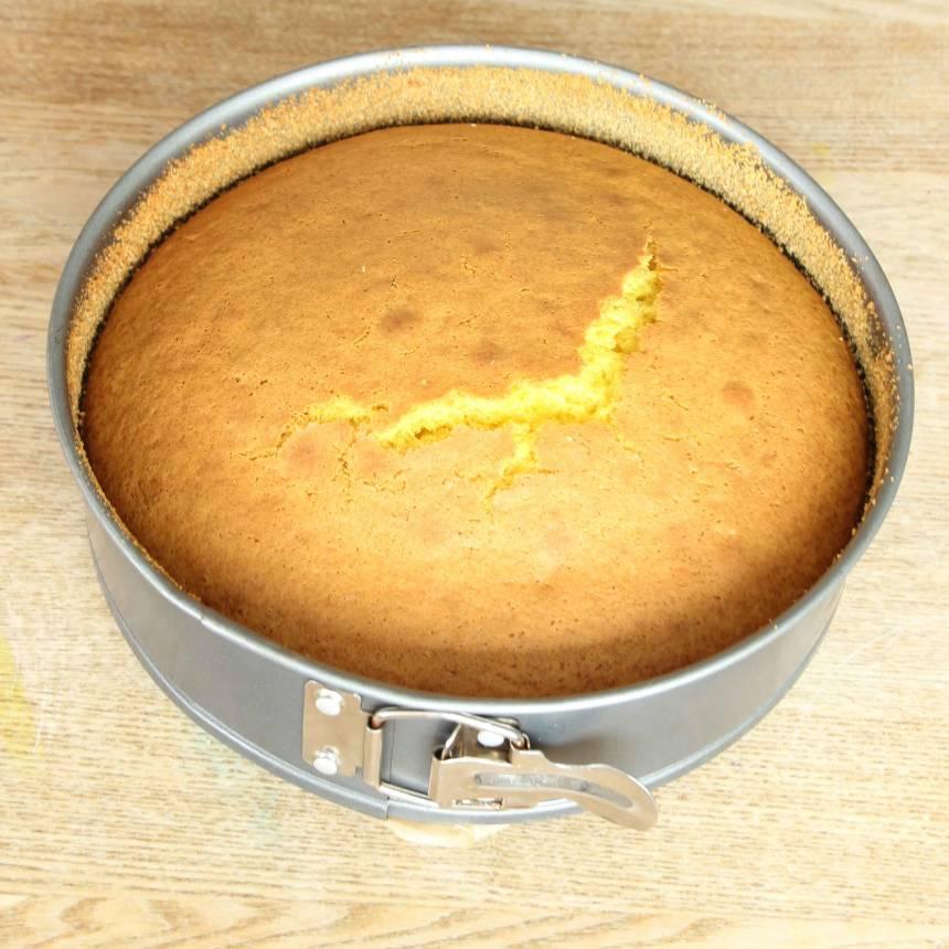 3. Grädda kakan mitt i ugnen i 35–40 min. Låt den svalna i formen. Stjälp upp kakan på en tallrik.