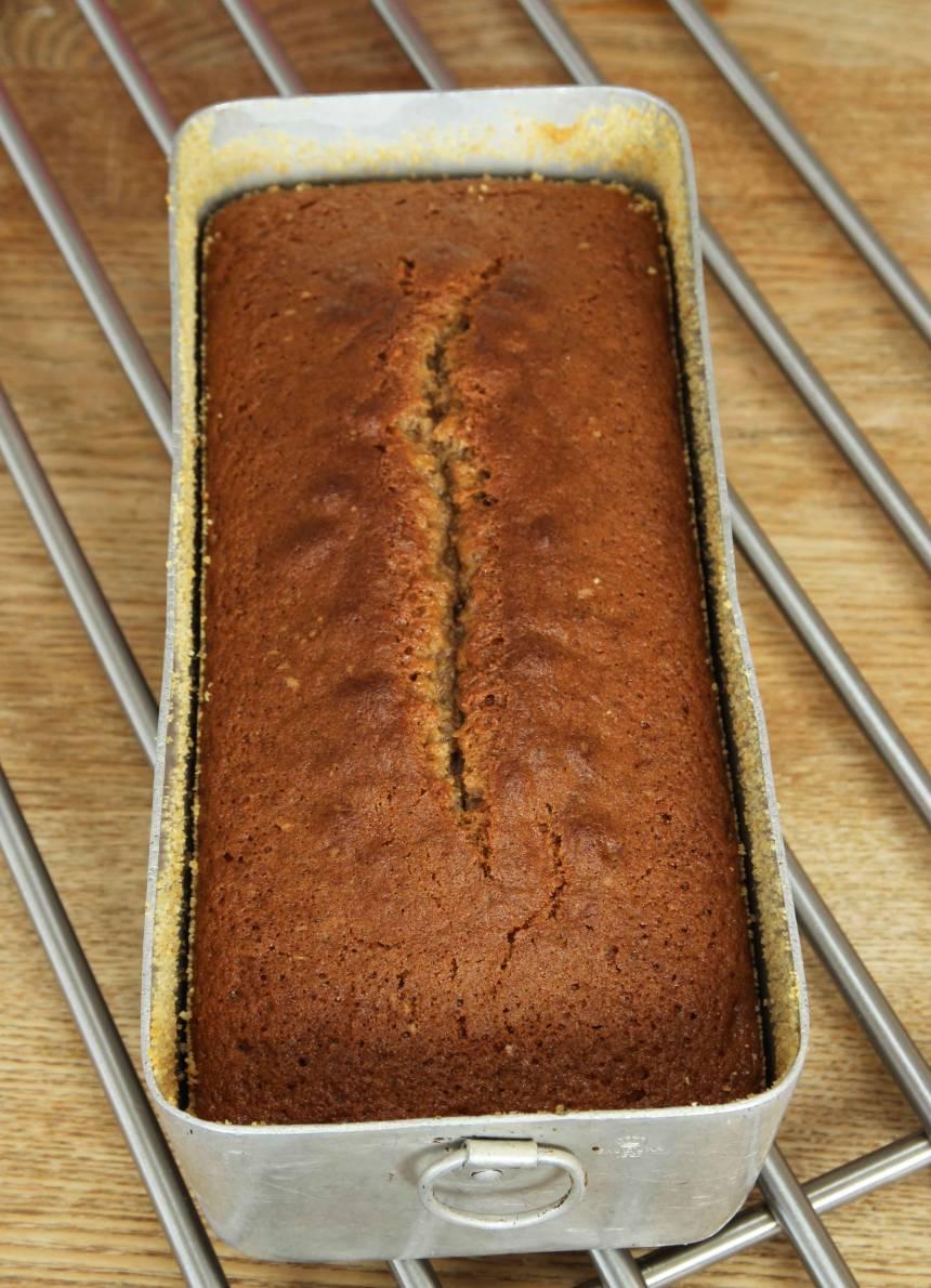 4. Grädda kakan längst ner i ugnen i 40–45 min. Låt den svalna i formen innan du stjälper upp den på en tallrik.