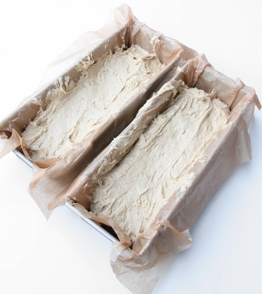 2. Fördela degen i två limpformar, ca 1 ½ liter, smorda eller klädda med bakplåtspapper.