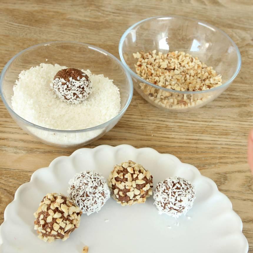 2. Gör bollar av smeten och rulla dem i krossade hasselnötter eller kokos. Förvara bollarna i kylen.
