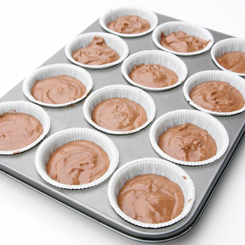 2. Fördela smeten i stora muffinsformar, ca 16 st. Fyll dem till ¾.