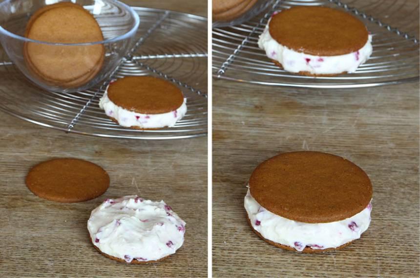 3. Sätt ihop pepparkakorna två och två med en stor klick glasskräm emellan. Jämna till kanterna med en sked eller kniv. Frys in bakelserna i några timmar och ta fram dem precis före servering.