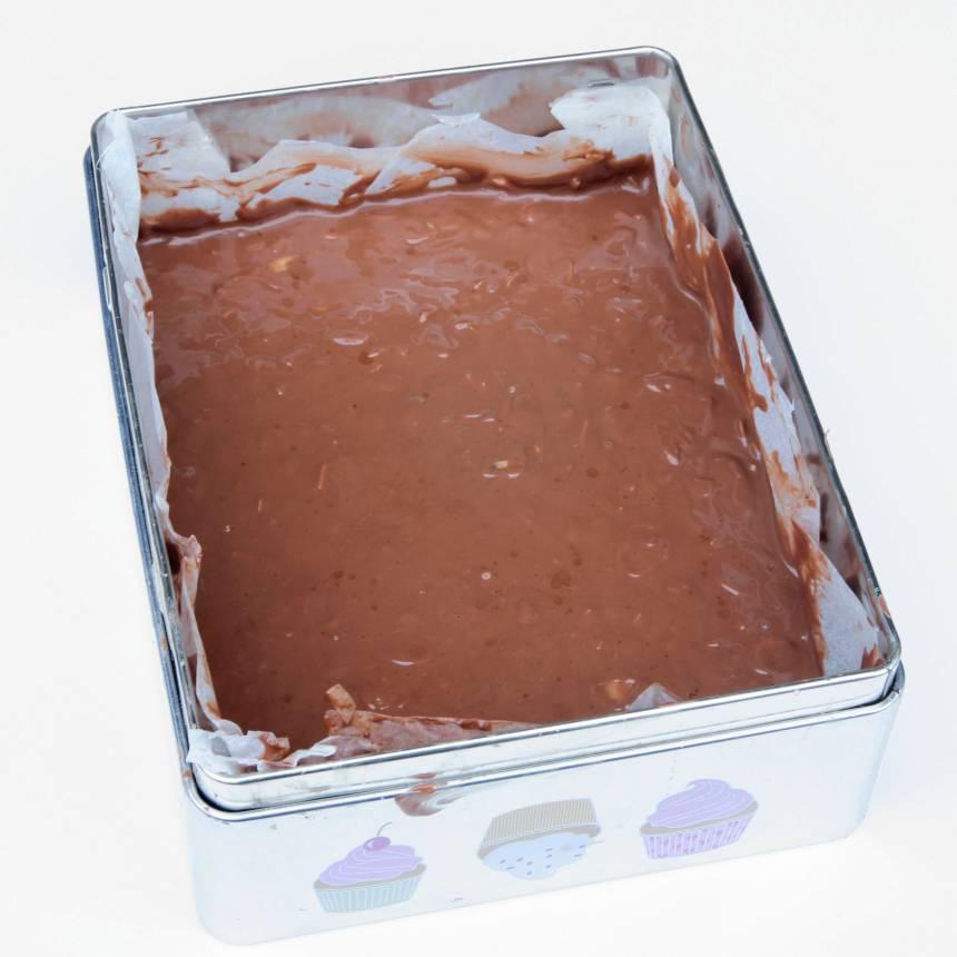 3. Bred ut chokladmassan, ca 2 cm tjock, i en form, ca 20 x 18 cm, klädd med bakplåtspapper. Låt den stå i kylen i någon timme och stelna.