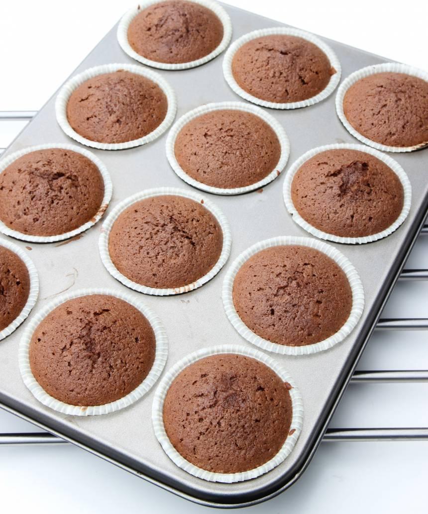 3. Grädda muffinsen mitt i ugnen i 16–18 min. Låt dem kallna.