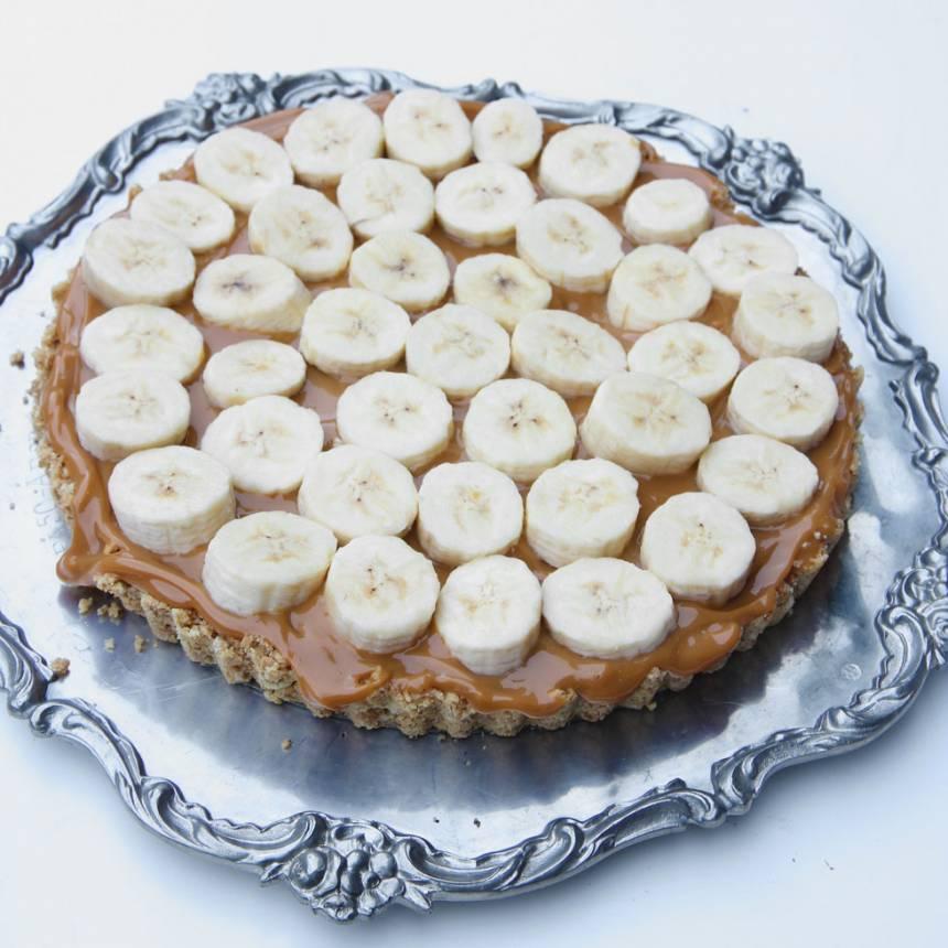 4. Skiva bananerna och lägg ut dem på kolakrämen.