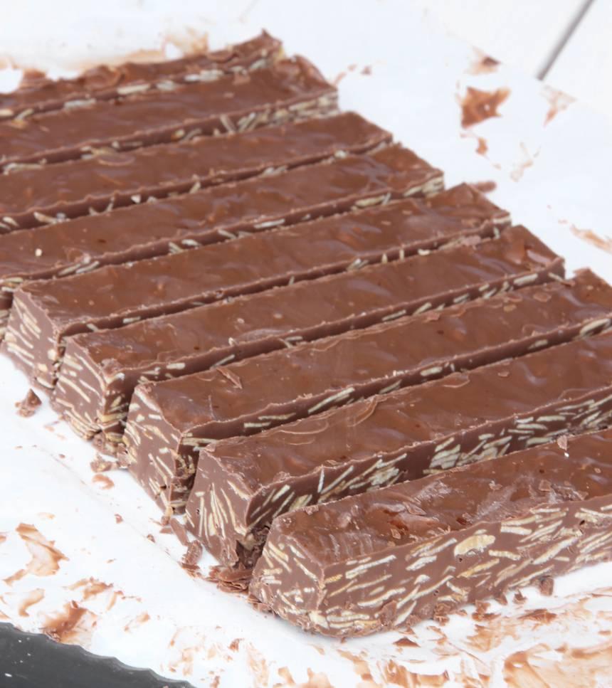 4. Skär kakan i bitar, ca 1,5 x 4 cm. Förvara dem i en burk med tätslutande lock.