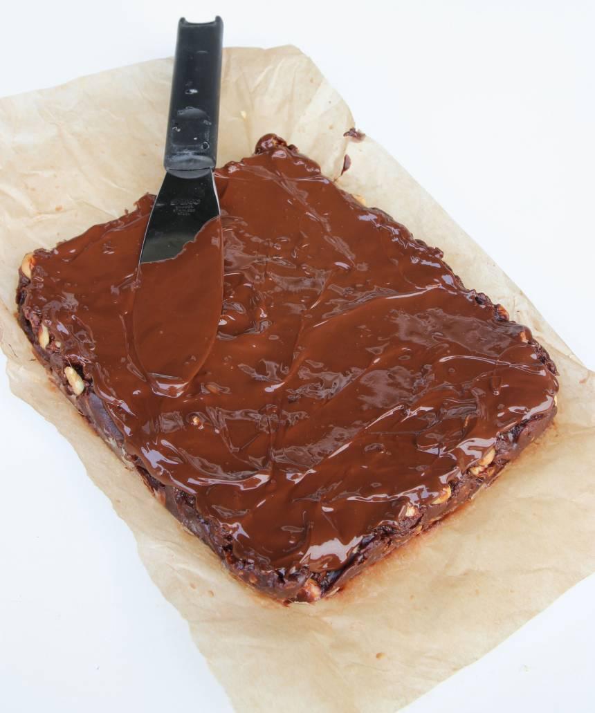 4. Garnering: Smält chokladen och bred den över nougatkakan. Låt den stelna. Skär kakan i små bitar med en vass kniv. Torka av kniven då och då om den är kladdig.