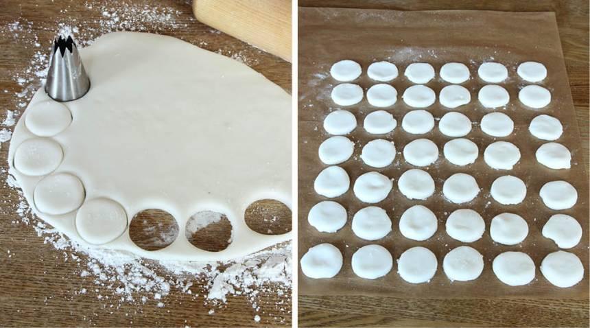 4. Stansa ut runda kakor, ca 3 cm i diameter med t ex en tyll, ett litet glas eller liknande. Knåda ihop resterna av degen och kavla ut den på nytt. Lägg mintkakorna på ett bakplåtspapper och låt dem stelna en stund.
