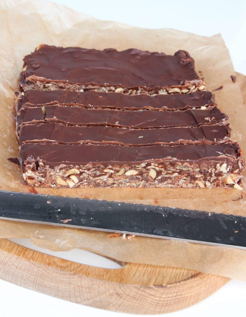 5. Skär kakan i små bitar med en vass kniv. Torka av kniven då och då om den är kladdig.