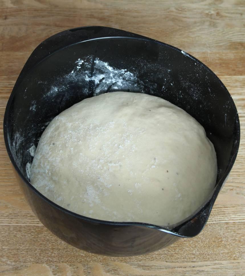 1. Smula jästen i en bunke. Tillsätt mjölk och rör tills jästen lösts upp. Tillsätt ägg, strösocker, salt, kardemumma, smör och vetemjöl, lite i taget. Rör ihop allt till en smidig deg och knåda den kraftigt i några minuter. Låt degen jäsa under bakduk i ca 50 min.