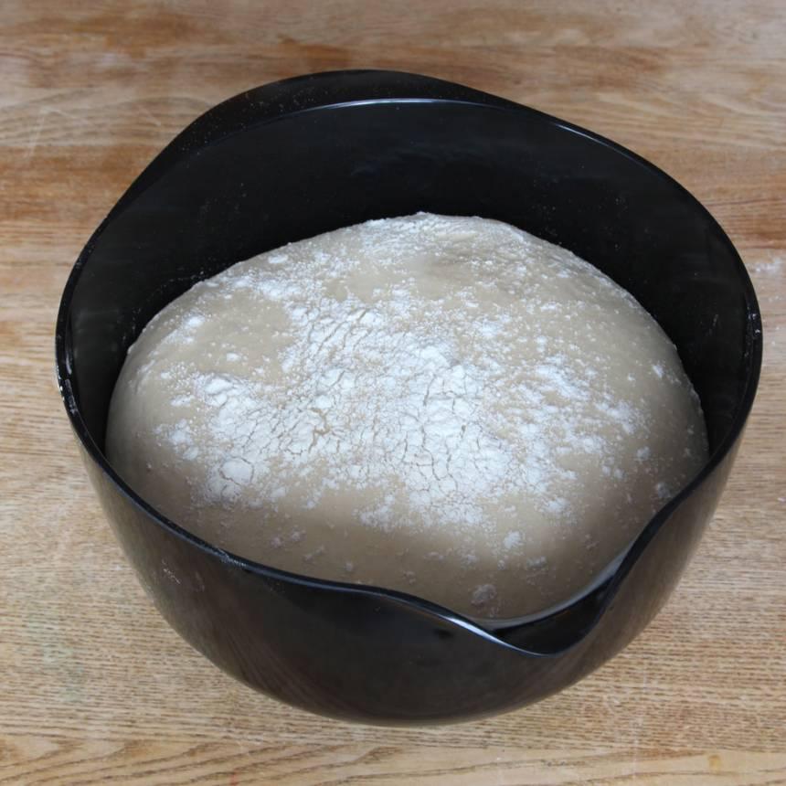 1. Smula ner jästen i en bunke och lös upp den med mjölken. Tillsätt smör, sirap, salt, rågsikt och vetemjöl lite i taget. Knåda ihop allt till en smidig deg. Låt degen jäsa under bakduk i 50–60 min.