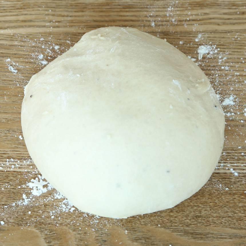 1. Smula jästen i en bunke. Tillsätt mjölk och rör tills jästen lösts upp. Tillsätt ägg, strösocker, salt, kardemumma, smör och vetemjöl, lite i taget. Blanda ihop allt till en smidig deg och knåda den kraftigt i några minuter. Låt degen jäsa under bakduk i 50–60 min.