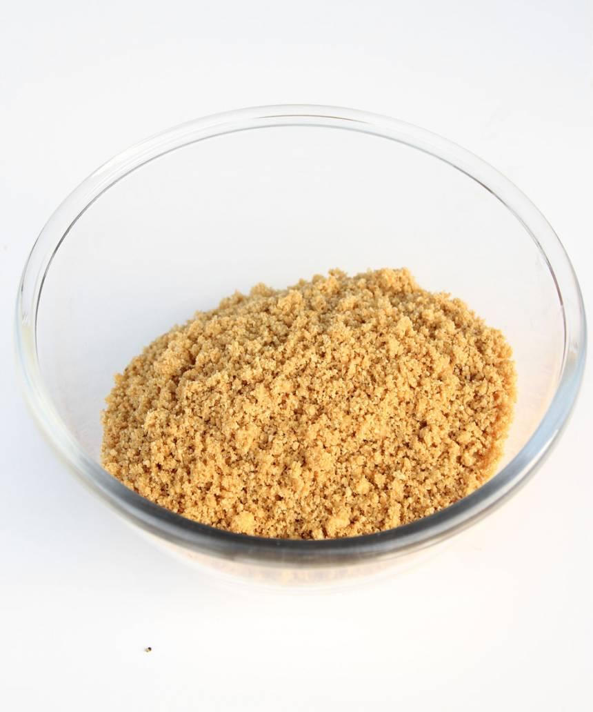 1. Smula sönder digestivekexen och blanda ihop smulorna med smöret.