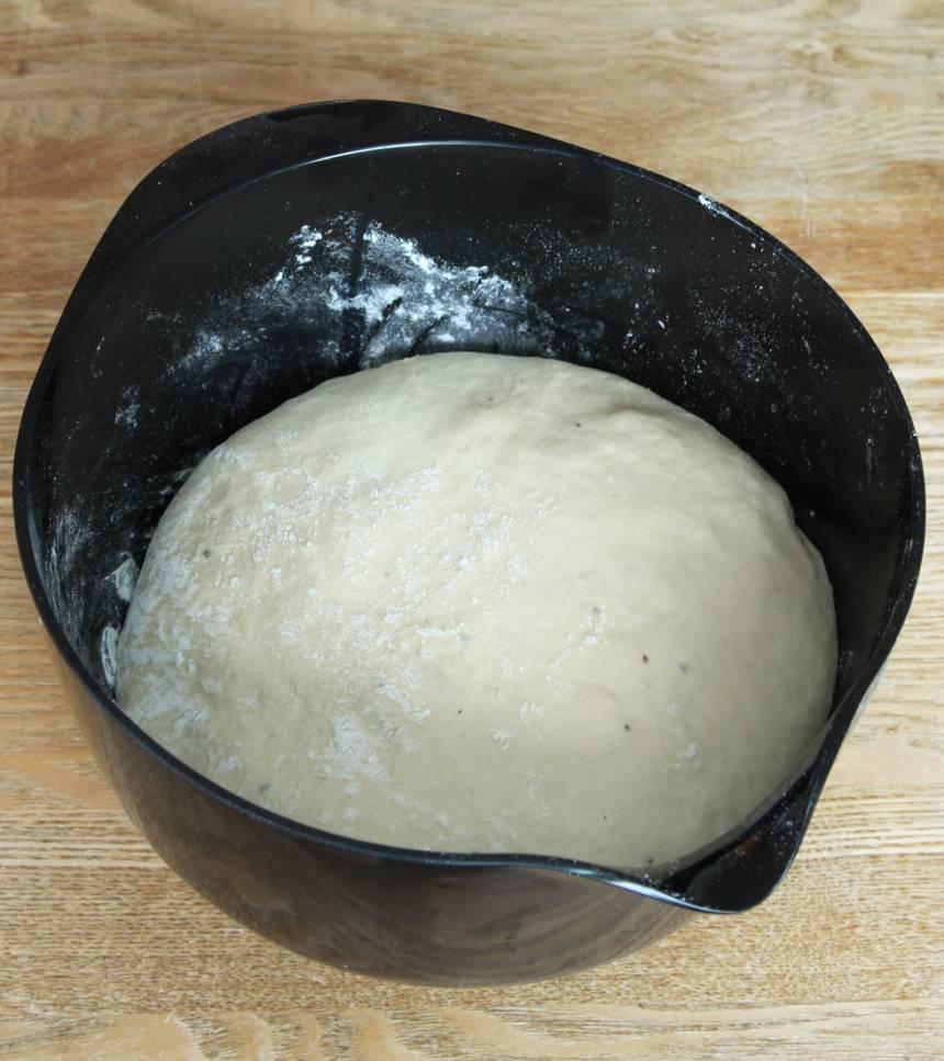 1. Smula jästen i en bunke. Tillsätt mjölk och rör om tills jästen lösts upp. Tillsätt ägg, strösocker, salt, kardemumma, smör och vetemjöl, lite i taget. Rör ihop allt till en smidig deg och knåda den kraftigt i några minuter. Låt degen jäsa under bakduk i ca 1 tim.