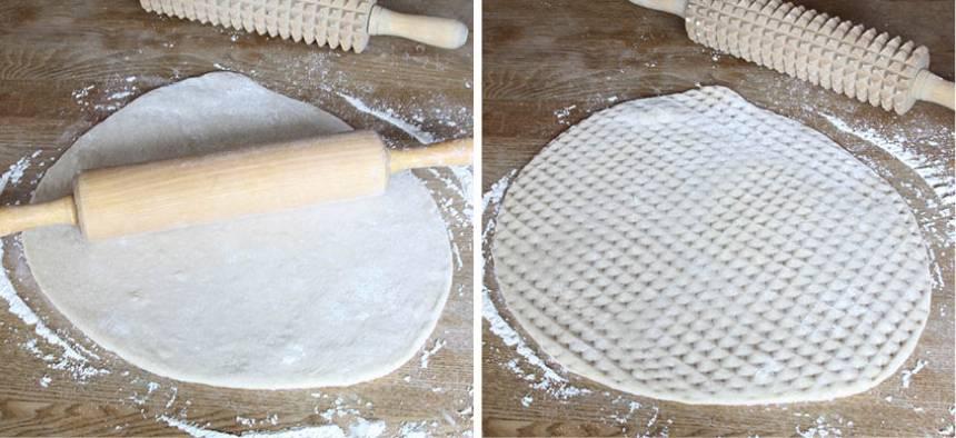 2. Kavla ut degen på ett mjölat bakbord, ca 1 cm tjock. Kavla sista varvet med en kruskavel eller nagga tätt med en gaffel.