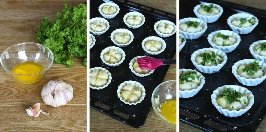 3. Blanda smör och pressad vitlök i en skål. Pensla bröden med blandningen. Strö över flingsalt och hackad persilja.