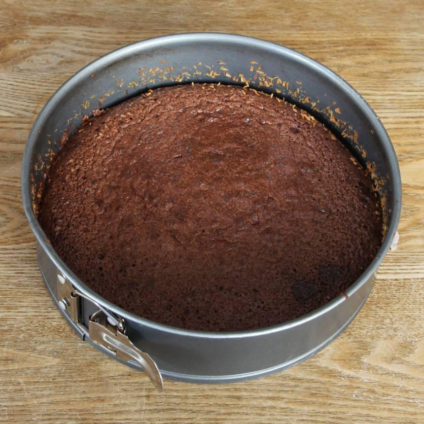3. Grädda kakan mitt i ugnen i 22–25 min beroende på hur kladdig du vill ha den. Låt kakan kallna helt i formen.