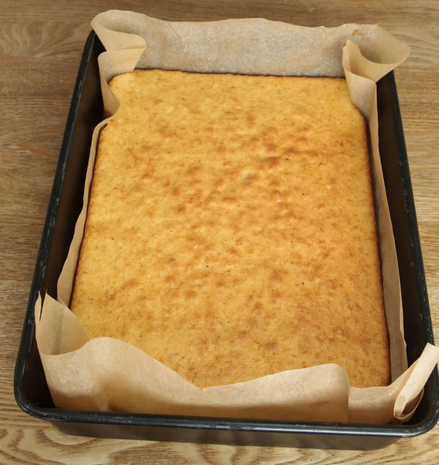 4. Grädda kakan längst ner i ugnen i ca 40 min. Låt den kallna i formen.