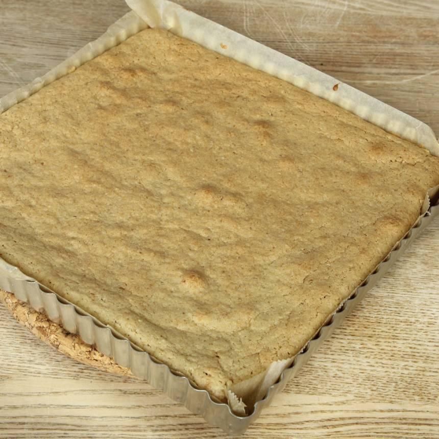 4. Grädda kakan mitt i ugnen i 26–30 min. Låt den kallna i formen.