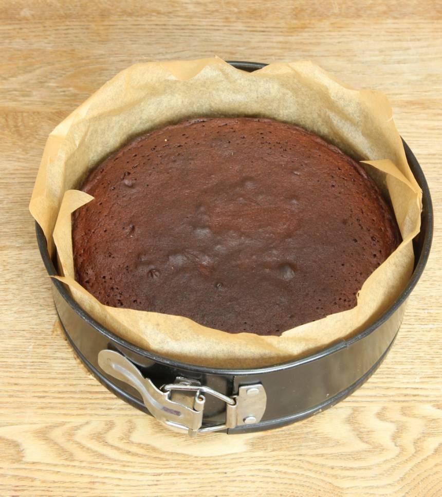 3. Grädda kakan mitt i ugnen i 25–30 min beroende på hur kladdig du vill ha den. Den bör vara fast men lite lätt kladdig i mitten. Låt den kallna i formen.
