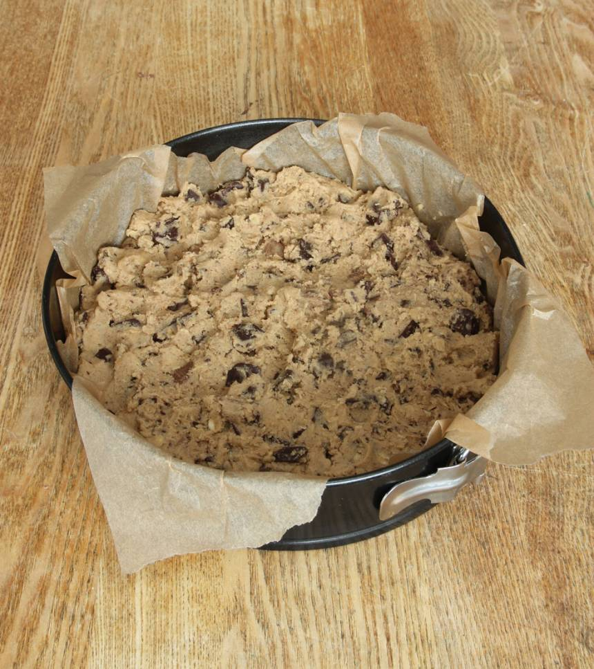 4. Tryck ut smeten i en smord och bröad springform, 22–23 cm i diameter. Strö över lite grovhackad choklad.